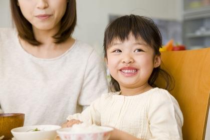 食卓の母親と娘