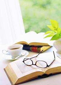 窓辺の本とメガネとコーヒー