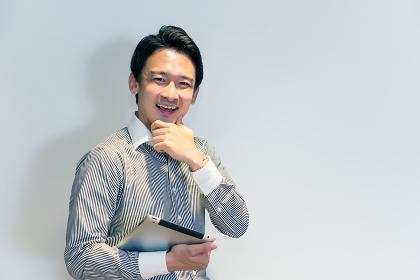 タブレットPCを持つ笑顔の男性