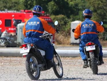 被害状況の確認に向かうオートバイの警察官(2010年堺市総合防災訓練)