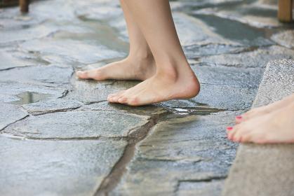 露天風呂に入る女性の足元