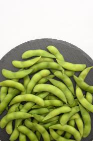 石皿に盛り付けた枝豆