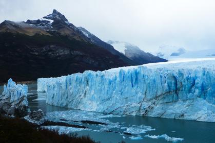 アルゼンチン・パタゴニア地方のペリトモレノにて先端部の氷河崩落