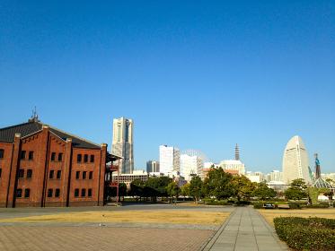 横浜みなとみらいの赤レンガ倉庫とランドマークタワーの風景