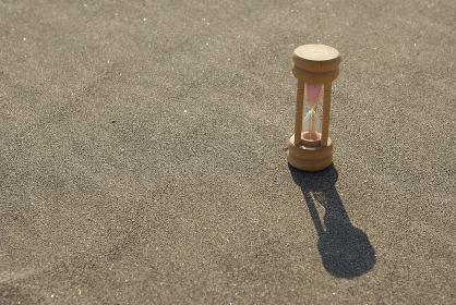 砂地に置いた砂時計