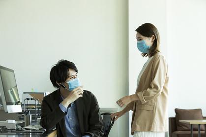 マスクで会話する日本人ビジネスマン