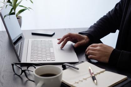 ビジネスイメージ:パソコン操作・右手キーボード