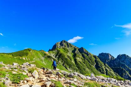 剱の登山道を進む登山者
