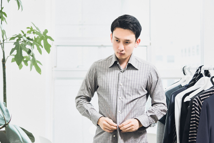 身支度をする男性(着替える男性・スーツ・ビジネスマン)