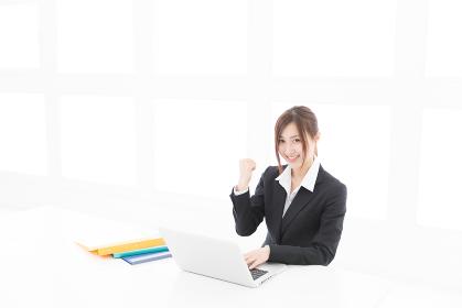 ラップトップコンピュータを見る女性 ビジネス