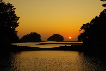 島々の間から昇る太陽