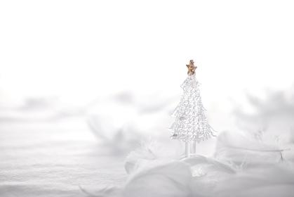白い背景と白い小物のクリスマスのイメージ