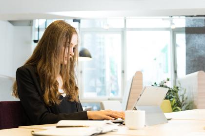 オフィスで仕事をする白人の女性