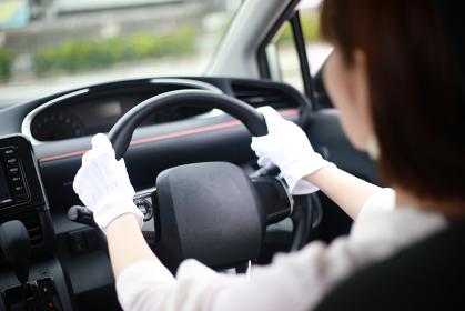 ドライブ手袋をして運転する女性
