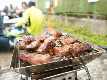 外で調理するBBQ炭火高級和牛焼肉【ミスジ】