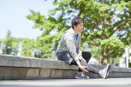 休憩するランニングウェアの日本人男性