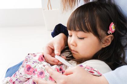 熱を測る子どもとお母さん