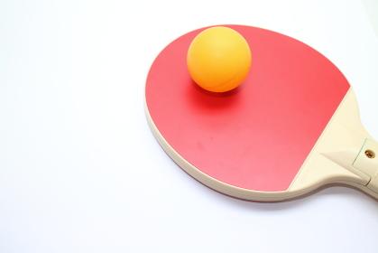 赤いラケットと黄色のピンポン玉