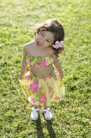 フラダンスの衣装を着ているハーフの女の子