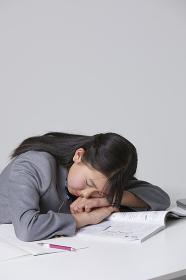 居眠りをする女子中学生