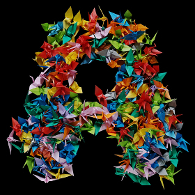 折り紙の鶴を集めて形作ったアルファベットのA