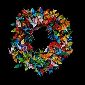 折り紙の鶴を集めて形作ったアルファベットのO