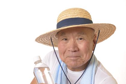 熱中症対策で水分補給するシニア