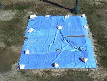 淀川河川敷の草野球場のマウンド保護シート