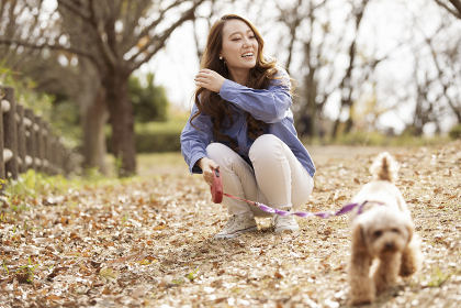 ペットと散歩する女性