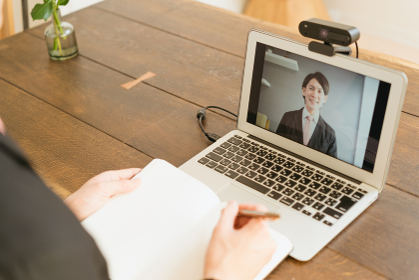 若い男性のオンライン就活・ビジネスイメージ(就職・転職)