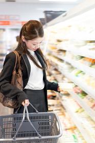 女性・買い物・スーパーマーケット