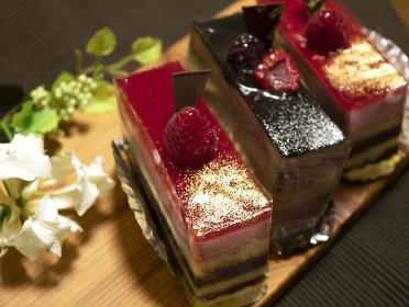 タイトル お祝い用のラズベリームースショコラケーキ3ピース
