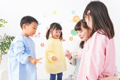 楽しく過ごす幼稚園の児童と先生