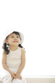 窓辺で微笑むハーフの女の子