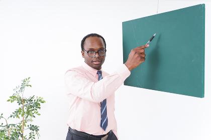 授業をするネイティブ外国人講師