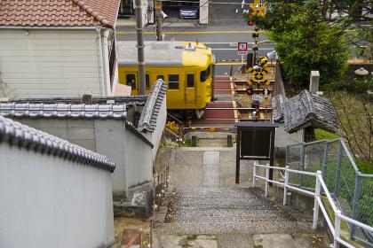 坂の多い尾道市街を走る電車