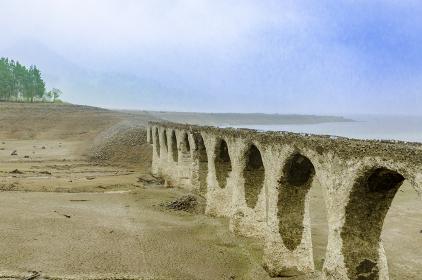 霧にけむるタウシュベツ橋梁