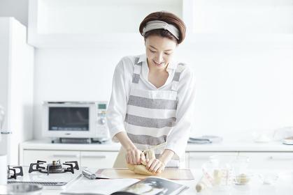 パン生地をこねる日本人女性