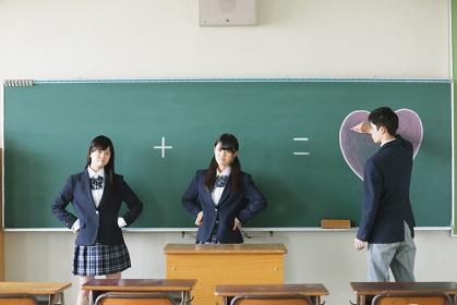 教室にいる女子高生と男子高校生1人