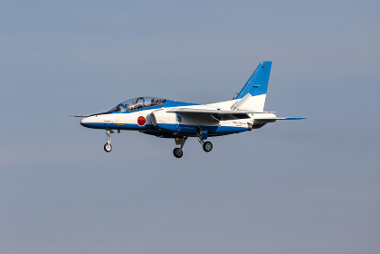 入間基地に飛来した航空自衛隊ブルーインパルス(入間市・埼玉)