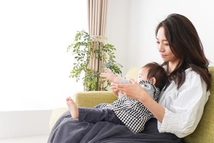 家でリラックスをするお母さんと赤ちゃん