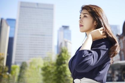 髪に手をやる日本人女性のポートレート