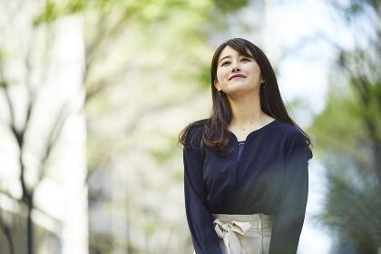 待ち合わせ中の日本人女性のポートレート