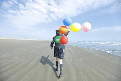 風船を持って走る女子高生