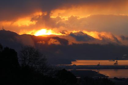 冬の朝日と立ち昇る雲