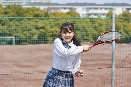 ラケットを振る女子中学生