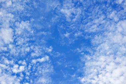 白い雲のある秋の青空