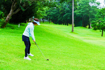 雨天にゴルフをする女性 【コロナ禍で楽しめるスポーツ】