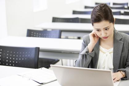 PCを操作する日本人女性