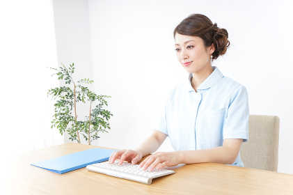 パソコンを使う看護師